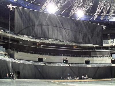 O2-Arena Prag: Kettenzugsystem als Raff- und Hebemechanismus für Hintergrundvorhang
