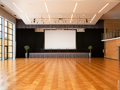 Event Centre Krieglach: Stage technology and darkening from a single source