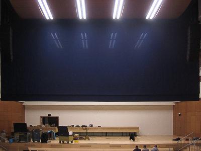 Raffvorhangzuganlage als Akustikvorhang und Bühnenvorhang in der Mercatorhalle Duisburg