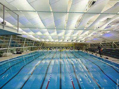 Membrány jako stropní plachty pro akustiku a osvětlení v plaveckém sportobním centru Graz Eggenberg