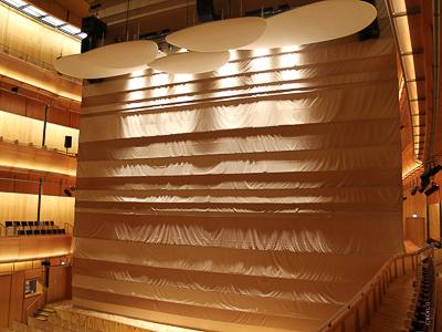 Shrnovací závěs 20x17m jako hlavní opona a svinovací projekční plocha SUPERFLAT 13x10m pro nový koncertní dům ve Stavangeru
