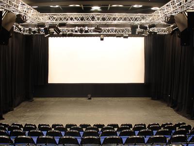DIOD Jihlava: Tribüne, Bühnenvorhänge, Leinwand, Kettenzüge, Vorhangzüge