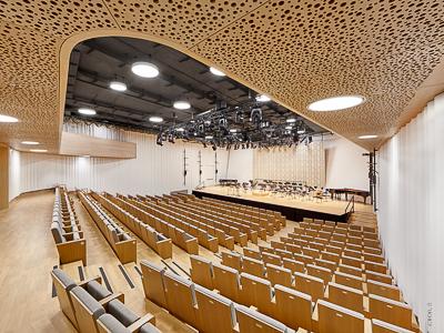 Pružná taneční podlaha, akustické závěsy a samojezdící pohon kolejnice pro die Bruckner Uni Linz