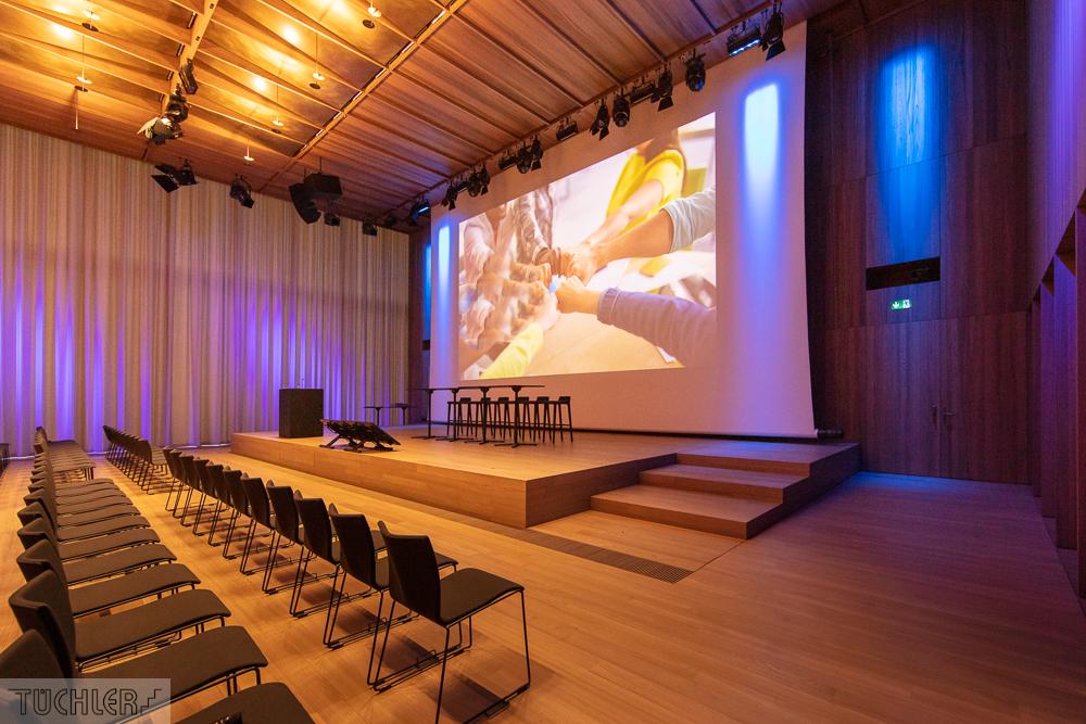 CH_Kaiseraugst_Auditorium A_Totale Saal mit Bühne aus Bühnepodest Zoom und Motorpodest Front seitlich-Bearbeitet_80dpi_1000pi