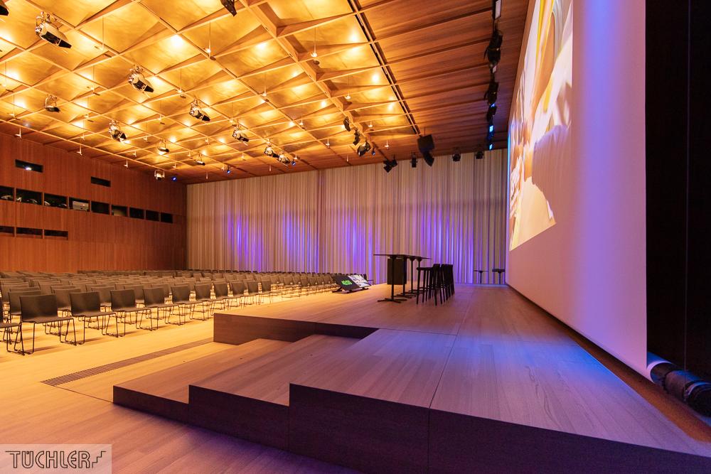 CH_Kaiseraugst_Auditorium A_Bühnenpodeste Zoom Bühne Seite und Rollbildwand Planlage