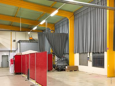 Wandverkleidung u. Verdunkelung einer Industriehalle mit Vorhängen u. Schienen, Stadtlengsfeld