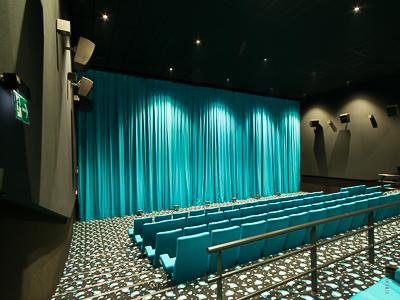 Maskierungen, Kinovorhänge und Antriebe - 1. Multiplex Cinestar Budweis