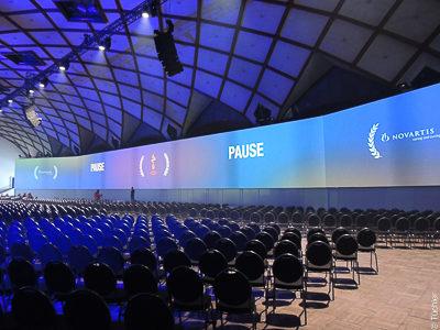Panorama - Projektionsleinwand 66mx5,5m für die Novartis Tagung im Messepalast Prag