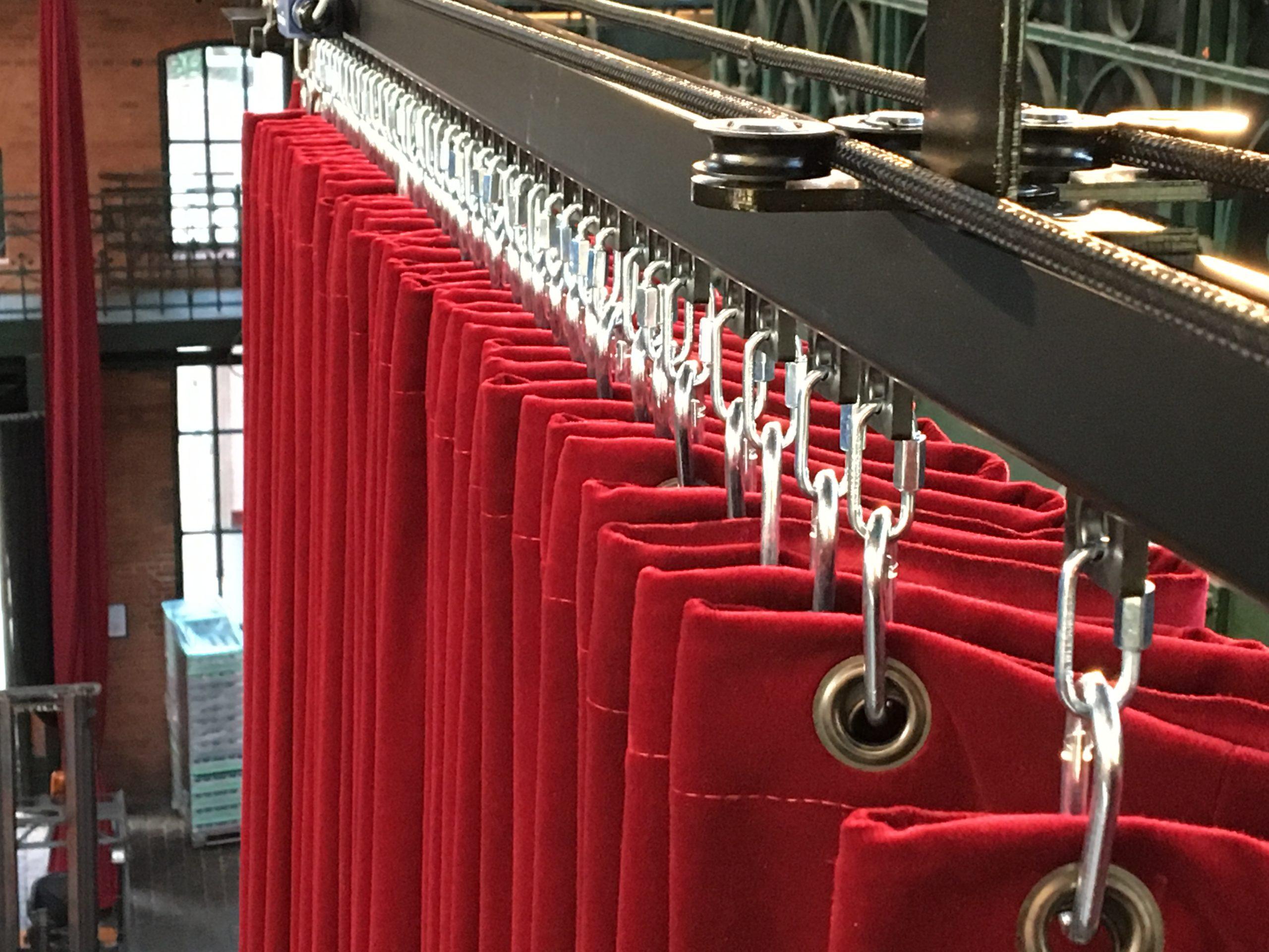 Mobile curtain track for a car presentation, fish auction hall, Hamburg