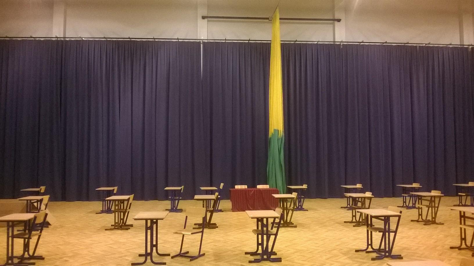 Sporthalle Gymnasium Karniewo - der Turnsaal wird zum Festsaal
