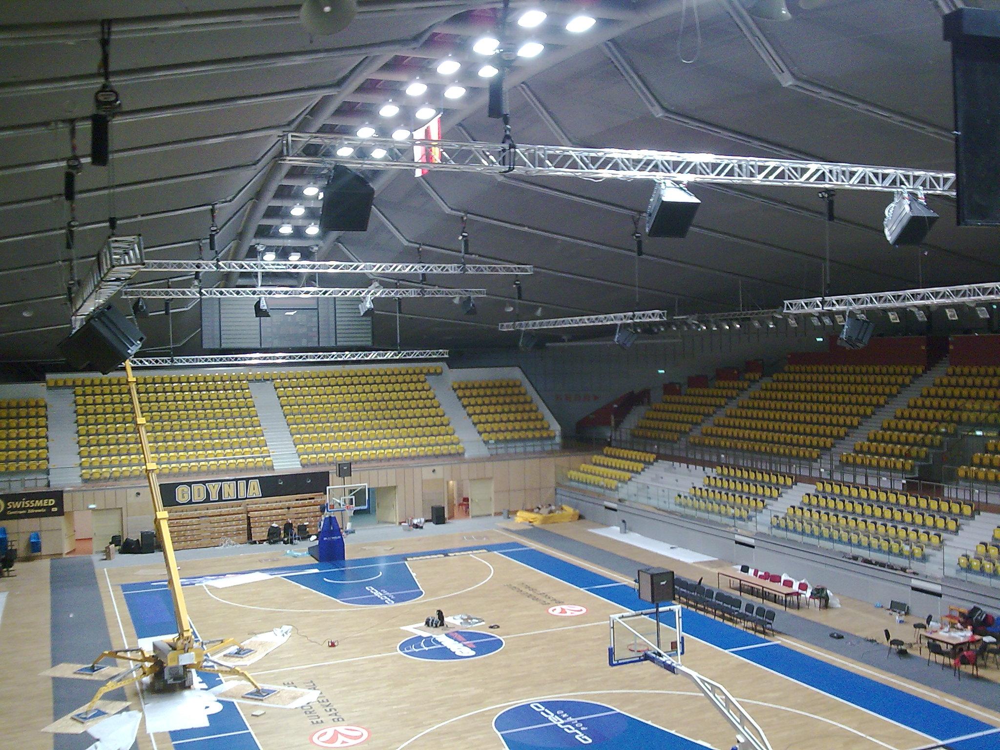Sport- und Mehrzweckhalle - Gdynia: Raffzuganlagen zur Verbesserung der Akustik und Hallentrennung