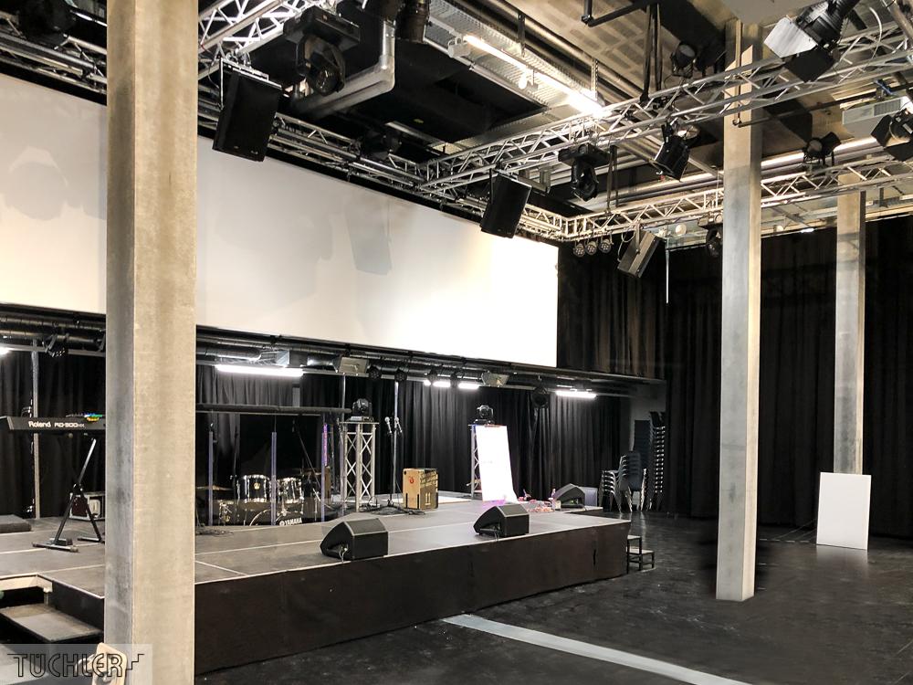 CH_Winterthur_GvC_Jugendkirche_Veranstaltungsaal_Akustikvorhänge_Ansicht Bühne